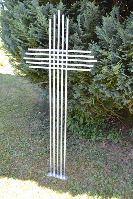 Grabkreuz-mit-gelochten-Stäben