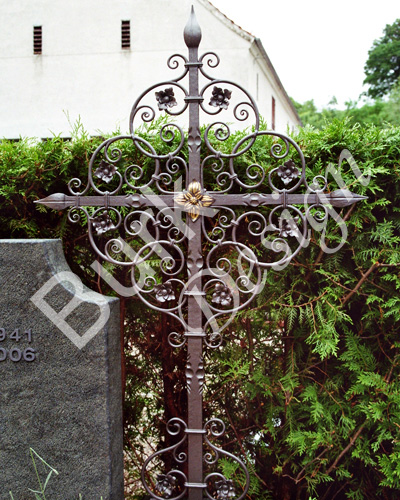 Geschmiedetes Grabkreuz aus Eisen, verzind und lackiert mit Schmiedefarbe, Höhe ca 140cm und 75cm Breite