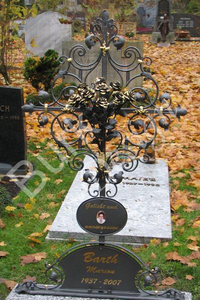 Grabkreuz und Rosenstrauß aus Eisen geschmiedet, verzinkt, lackiert und vergoldet. Höhe 145 cm. Sockel und Einfassung aus Crisziano Granit gespalten. Standort: Ulmer Friedhof, Abteil 59