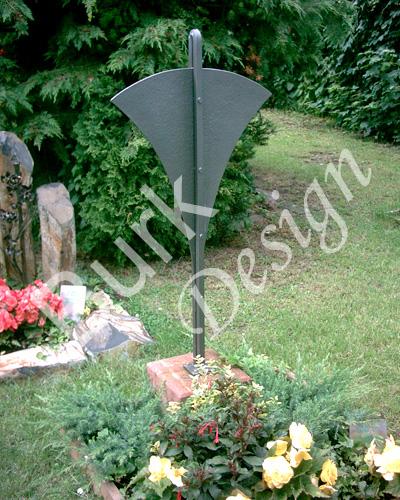 Grabzeichen aus Eisen geschmiede, Schrift wird augemalt