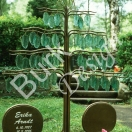 Grabzeichen aus Bronze geschmiedet, Blässter aus gegssenen grünen Glas, Namsenstafeln aus Bronze