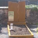 Grabmal aus Kortenstahl mit Namenstafel und Grablampe aus Edelstahl