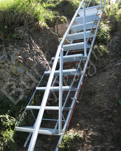 Treppe im Gebirge aus verzinktem Stahl