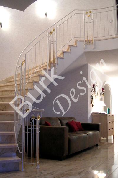 Innengeländer für Treppenaufgang und Galerie, weiß lackiert und vergoldet