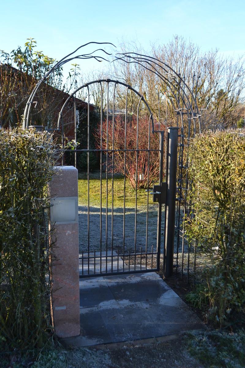 Garteneingang, bestehend aus 2 Pflanzgerüsten