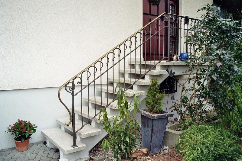 Geschmiedetes Geländer aus Eisen mit Messinghandlauf für Außenbereich von Kunstschmiede Burk
