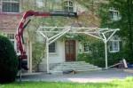 Montage des Vordaches mit Hilfe eines Kranes