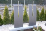Grabzeichen aus Stahl und Edelstein