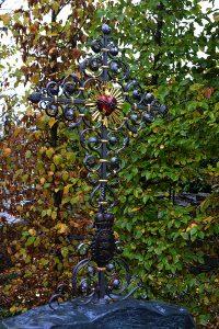 Grabkreuz aus Eisen, verzinkt, bemalt und vergoldet