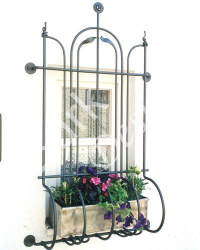 Jugendstil, nachempfunden als Fenstergitter mit Blumenkasten