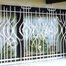 Fenstergitter in Wellenform geschmiedet, altweiß Lackiert