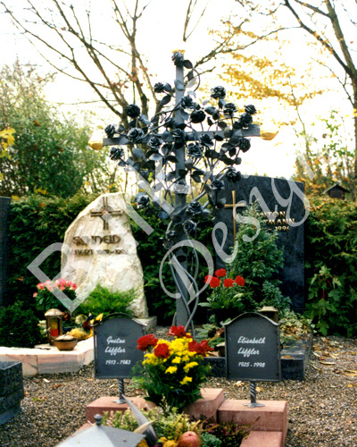Grabkreuz aus Stahl mit Rosen geschmiedet und zwei Namenstafeln