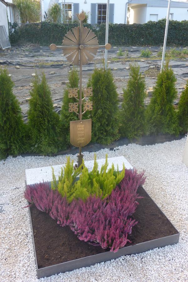 Urnengrab mit Bronzekreuz aus Baukastensiere von Burk - Bepflanzung Stobl